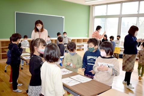 両丹日日新聞:開校前の新校舎で一緒に学習 来春統合の3小学校 | ニュース