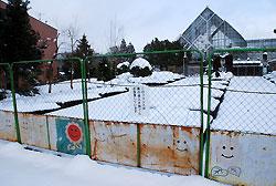 シカの食害を防ぐため植物園の閉園後に取り付けているフェンス