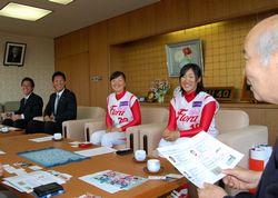 松山市長と歓談する宮井さん、大原コーチ、金山外野手、植村投手
