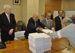 署名を松山市長に手渡す西田会長