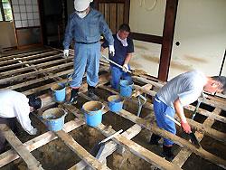 荒木で床下の土砂を取り除くボランティア