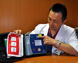 AEDを手に当時の様子を説明する深田医師