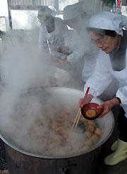 大きな鍋で大根炊きを作