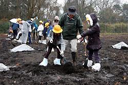 漆の苗木を植える子どもたち