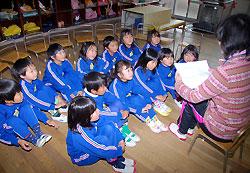 甲賀市から届いた手紙を園児たちに読んで聞かせた