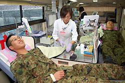 笑顔で献血に協力する自衛隊員