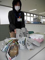 避難所で役立つ新聞紙で作った皿、コップなどの