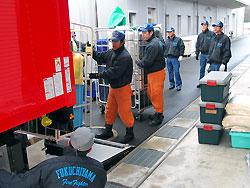 車両に資機材を積み込む消防署員