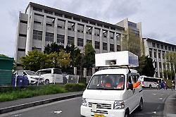 成美大学の前を走る選挙カー