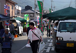 和田山駅前トラ市