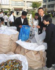 アルミ缶を袋に入れる南陵中生徒会役員
