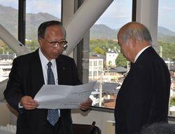 松山市長に答申する奥田委員長