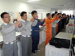 職員がそろって手話を練習