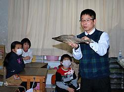 サケの生態を説明する中島教諭