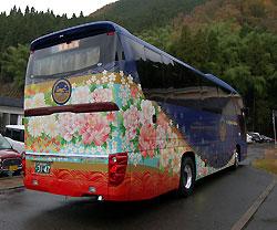 漆塗りの高速バス