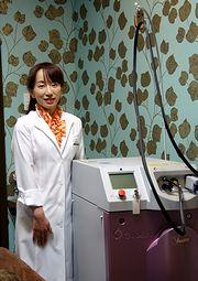 治療用レーザー装置と松本晴子院長