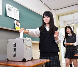 模擬投票する生徒たち