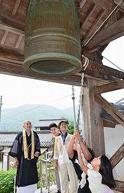 平和を願って鐘を突く