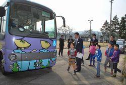 路線バスを見学する2年生