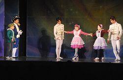 舞台で演技する児童たち