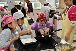 小学生がおせち料理に挑戦