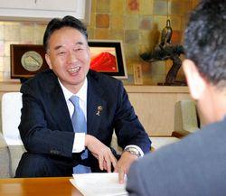 記者の質問に答える大橋市長