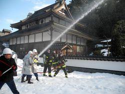 放水する消防分団員
