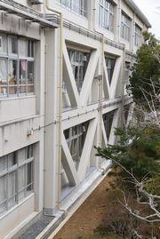 日新中学校本館南側の外壁に取り付けたブレース