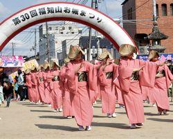 福知山踊りでパレード