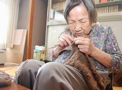 編み物に没頭する長澤さん