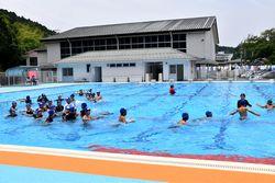 新しいプールで授業を受ける5年生