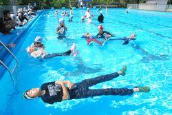 着衣泳を体験する6年生たち