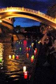法川を流れる灯ろう