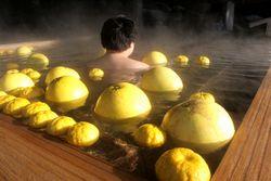 ユズが浮かぶ福知山温泉