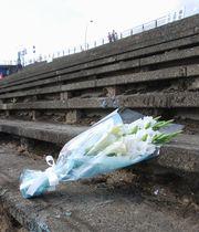 現場近くに手向けられた花束