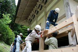 回廊の修復をする高技専の訓練生ら