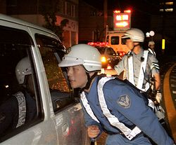 検問する警察官