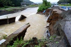 道路の一部が崩れ、水道管が脱落した
