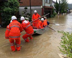 住民を救出する消防団員