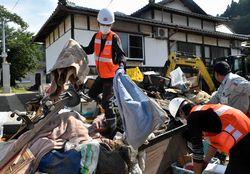 災害ごみを回収する京丹後市職員