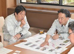 杉本副町長(左)