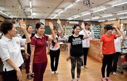 初練習に励むベトナム人女性たち