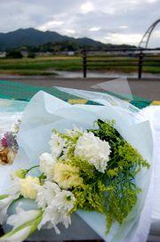 献花台に花が並ぶ