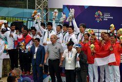 表彰台で喜ぶ日本代表チーム